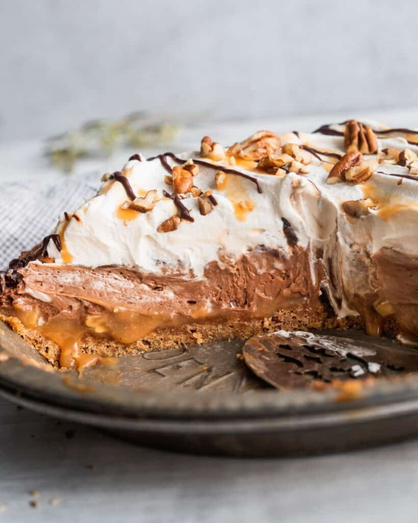 Side view of no bake turtle pie.
