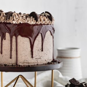 Cookies and cream cake on a cake stand.